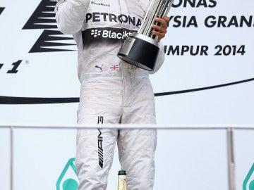 Hamilton celebra la victoria en Malasia