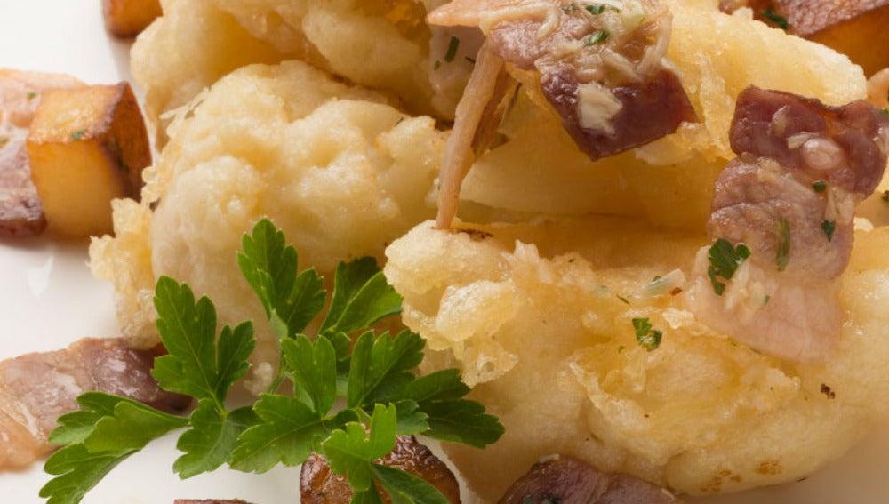 Coliflor con tocineta y patatas fritas