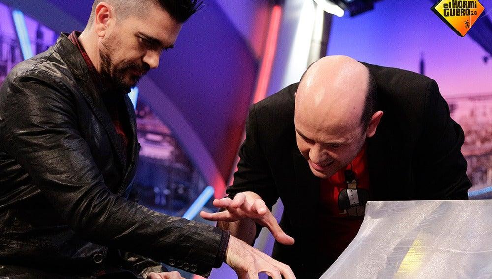Juanes y Jandro haciendo magia en El Hormiguero 3.0