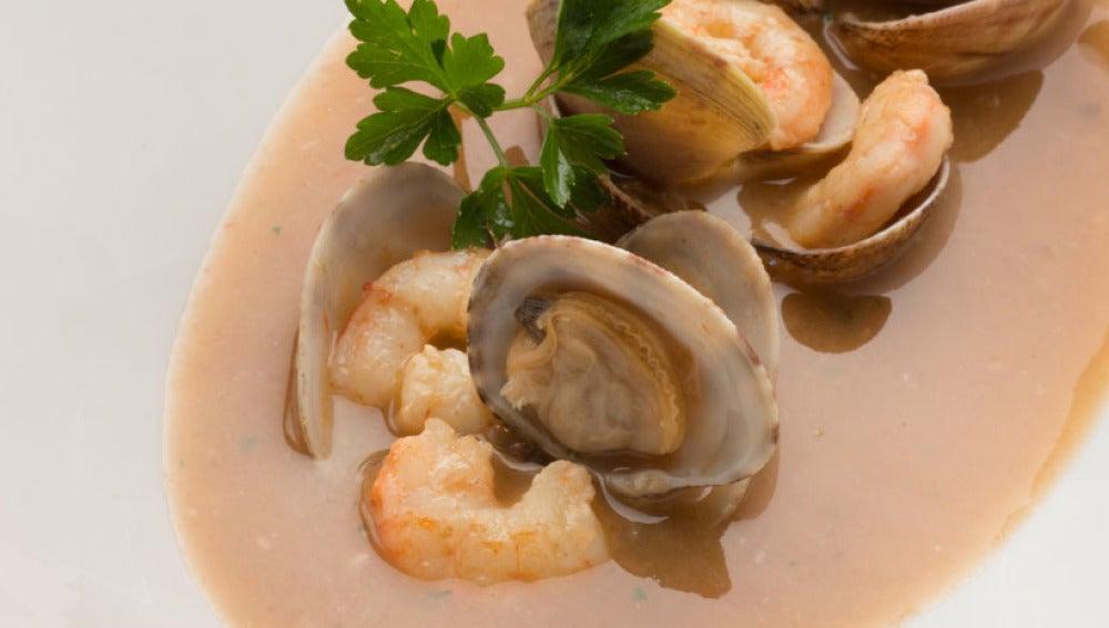 Sopa de pescado con gambas y almejas