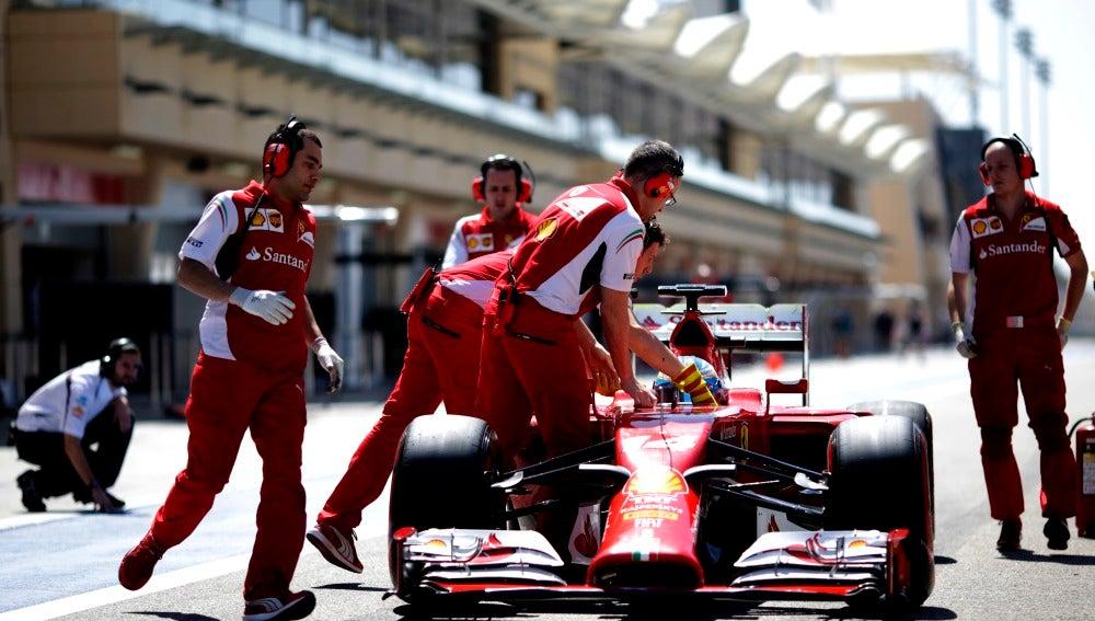 Los mecánicos empujan al F14 T en Baréin