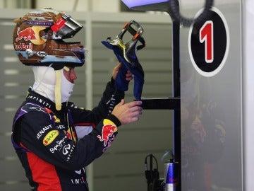 Sebastian Vettel, en su box en el GP de Baréin
