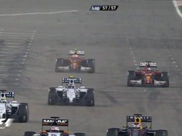 Alonso levanta el puño al cruzar la meta