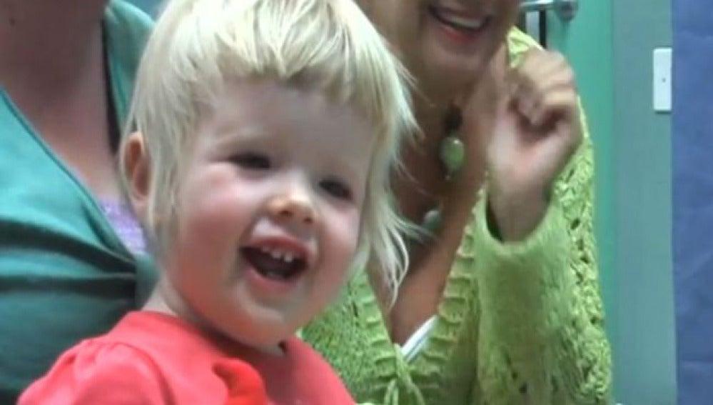 La niña cuando estrenó el implante