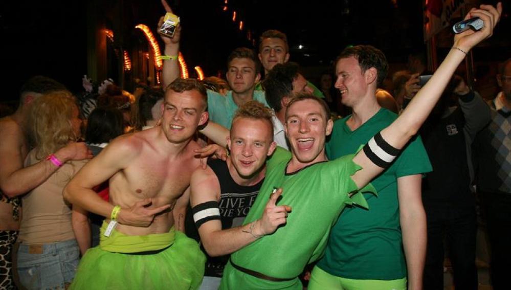 Estudiantes británicos disfrutan disfrazados de la noche en Salou