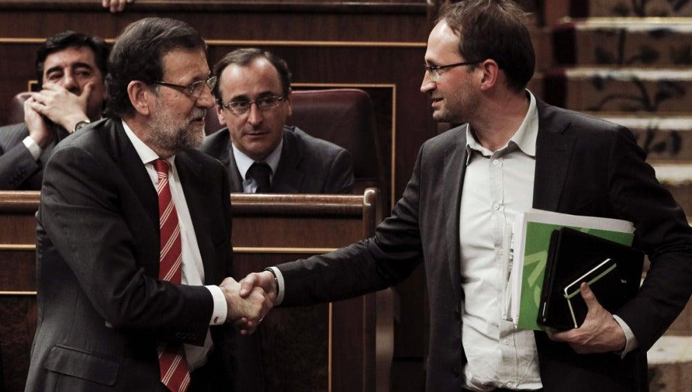 Mariano Rajoy y Joan Herrera se dan la mano