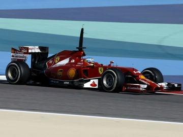 Fernamdo Alonso pilta el F14T durante los test en el circuito de Sakhir