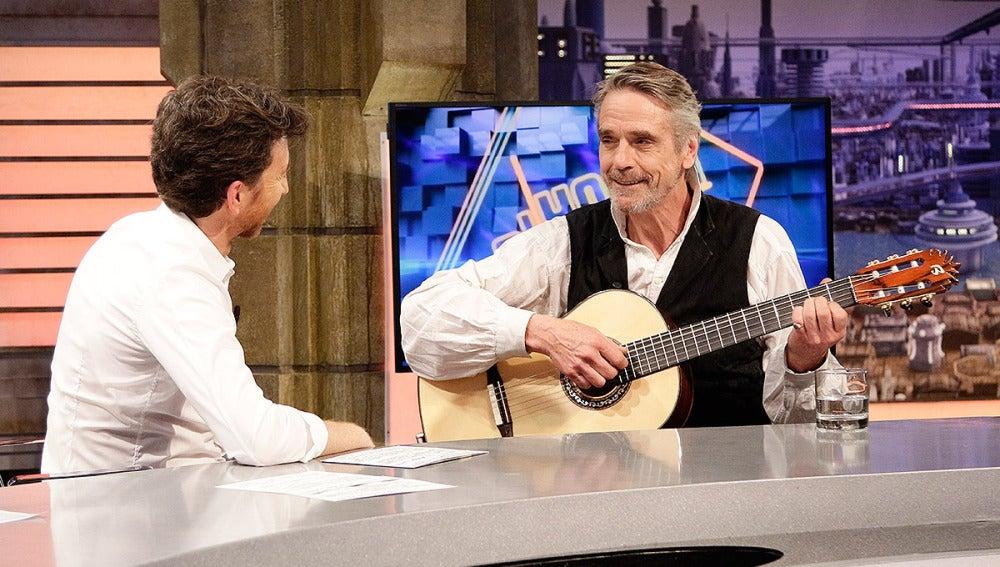 Jeremy Irons toca la guitarra en El Hormiguero 3.0