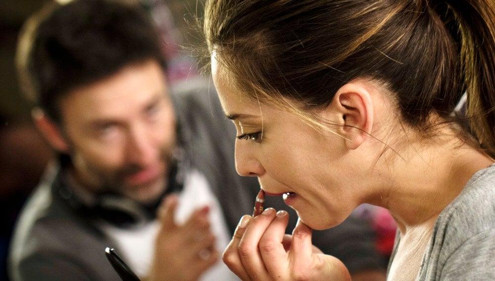 María León se maquilla