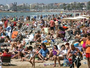 Los turistas en la playa de Salou