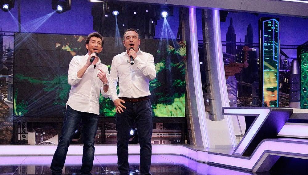 Roberto Brasero da el parte del tiempo cantando