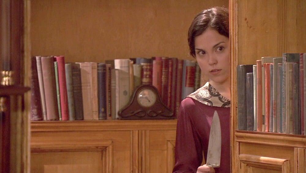 Jacinta observa con un cuchillo en mano a Aurora