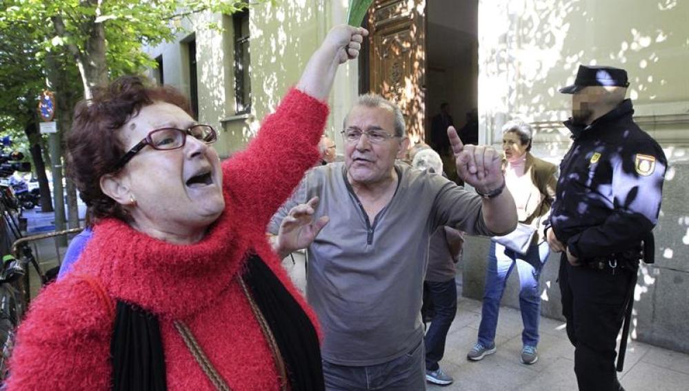 Una decena de afectados por las preferentes protestan frente al TSJM