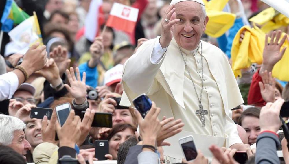 El Papa Francisco saluda a la multitud