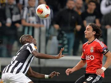 Paul Pogba de Juventus disputa el balón con Lazar Markovic del Benfica