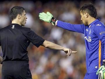 Diego Alves protesta al árbitro