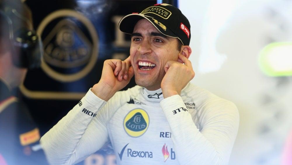 Pastor Maldonado en el box de Lotus
