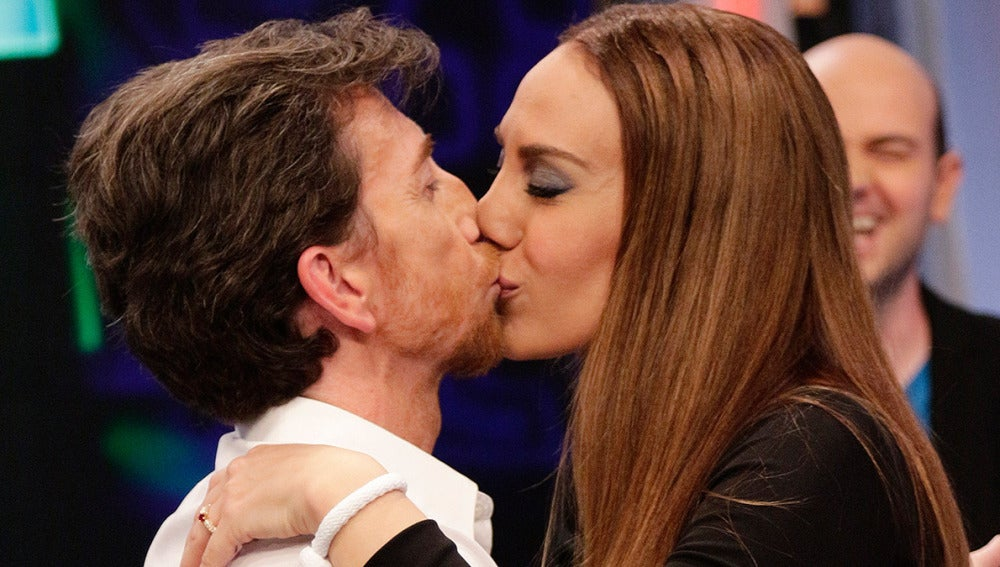 Pablo Motos y Mónica Naranjo se besan