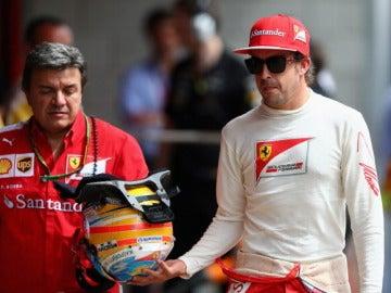 Alonso pasea en el pit lane