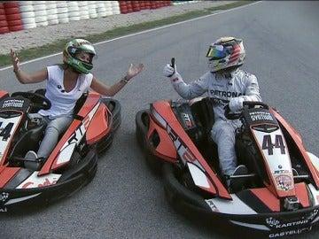Nira Juanco y Lewis Hamilton en los Karts