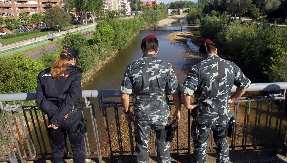 La policía busca el arma en el río