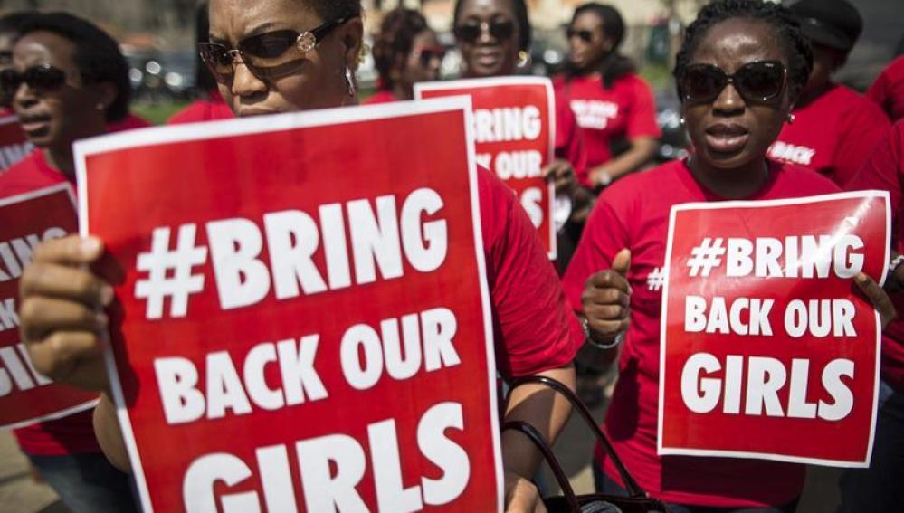 Activistas kenianas corean consignas durante una manifestación contra el secuestro