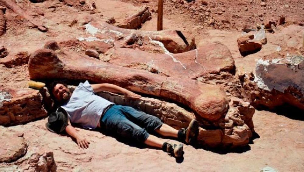 Junto a uno de los huesos encontrados