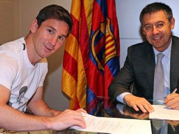 Leo Messi y Josep Maria Bartomeu firman el nuevo contrato del jugador argentino