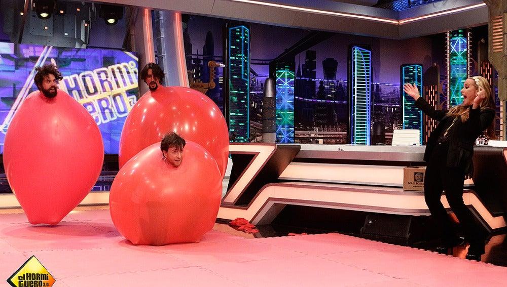 Coreografía con globos gigantes para Anastacia
