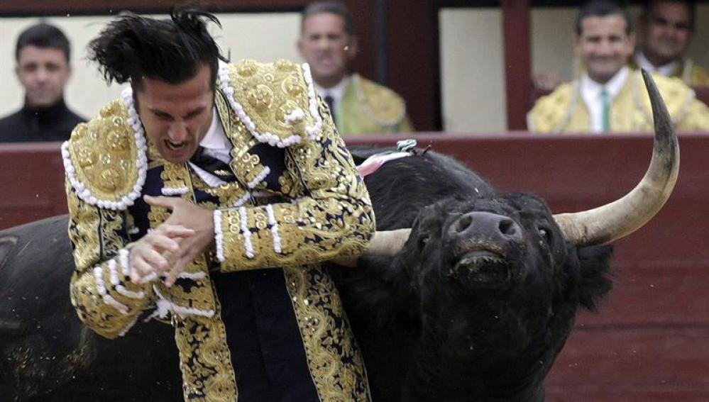 El diestro David Mora, arrollado por su primer toro