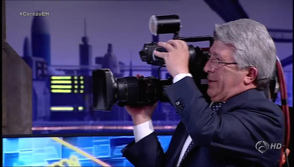 Enrique Cerezo con una cámara