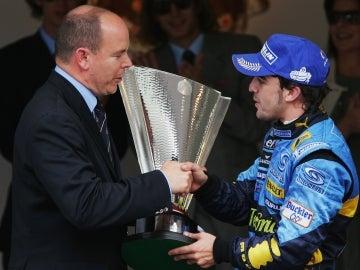 Alberto de Mónaco entrega el trofeo de campeón a Alonso en 2006