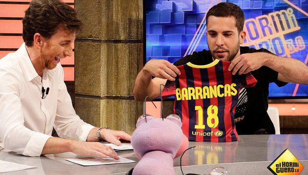 Jordi Alba regala una camiseta a Trancas y Barrancas
