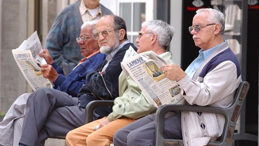Ancianos leen el periódico