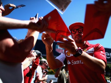 Alonso firma unos autógrafos