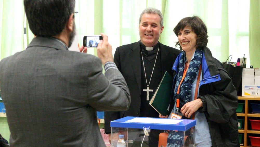 El obispo de Bilbao preside una mesa electoral