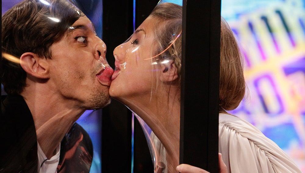 El 'casto' beso de Cecilia y Adrián