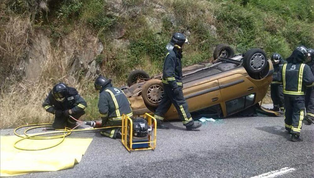 Fotografía facilitada por los Bomberos de Asturias del estado en el que quedó un vehículo siniestrado