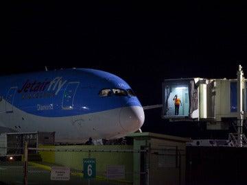 El avión de JetairFly, en el Aeropuerto Internacional de las Américas de Santo Domingo
