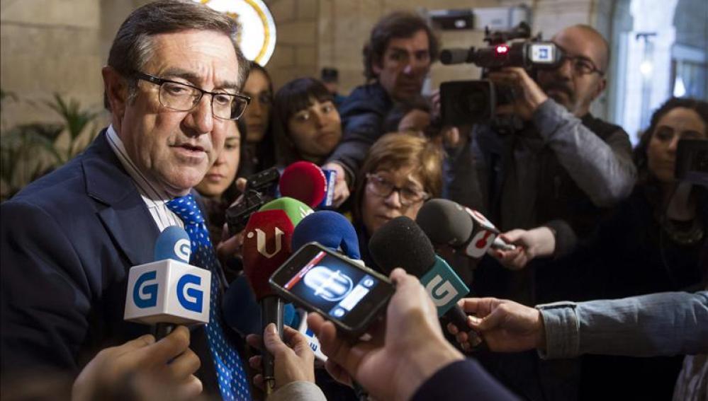 El alcalde de Santiago, el popular Ángel Currás, atiende a los medios