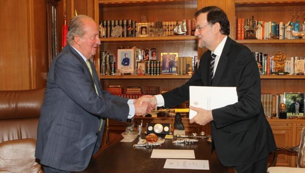 El  Rey Juan Carlos I estrecha la mano de Rajoy tras su abdicación