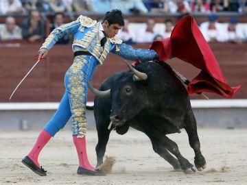 El diestro Miguel Ángel Perera da un pase con la muleta al primero de su lote