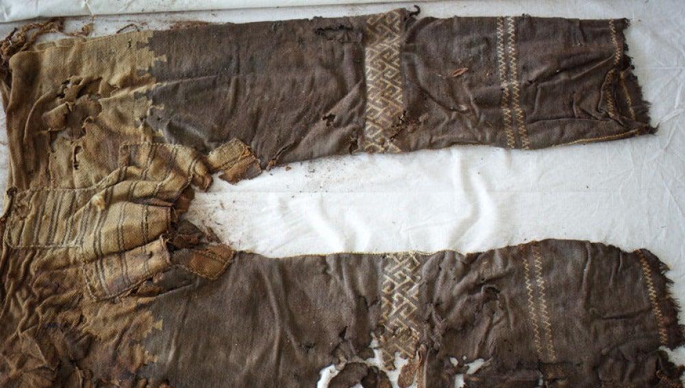 El pantalón tiene tres piezas, dos para cada pierna y una para la entrepierna
