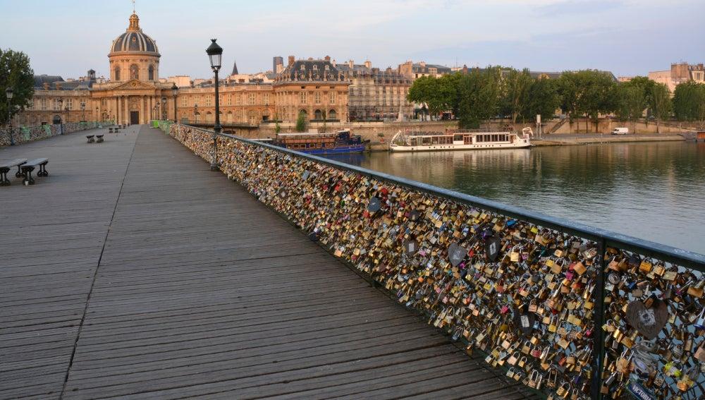 Los Candados De Amor Hunden Parte De Una Barandilla Del Pont Des