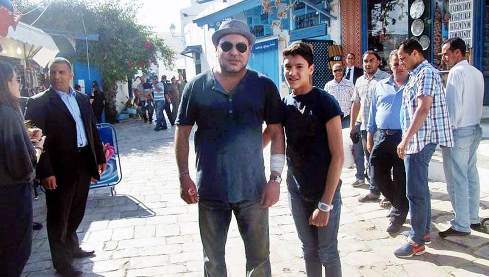 Mohamed VI posa con un chico