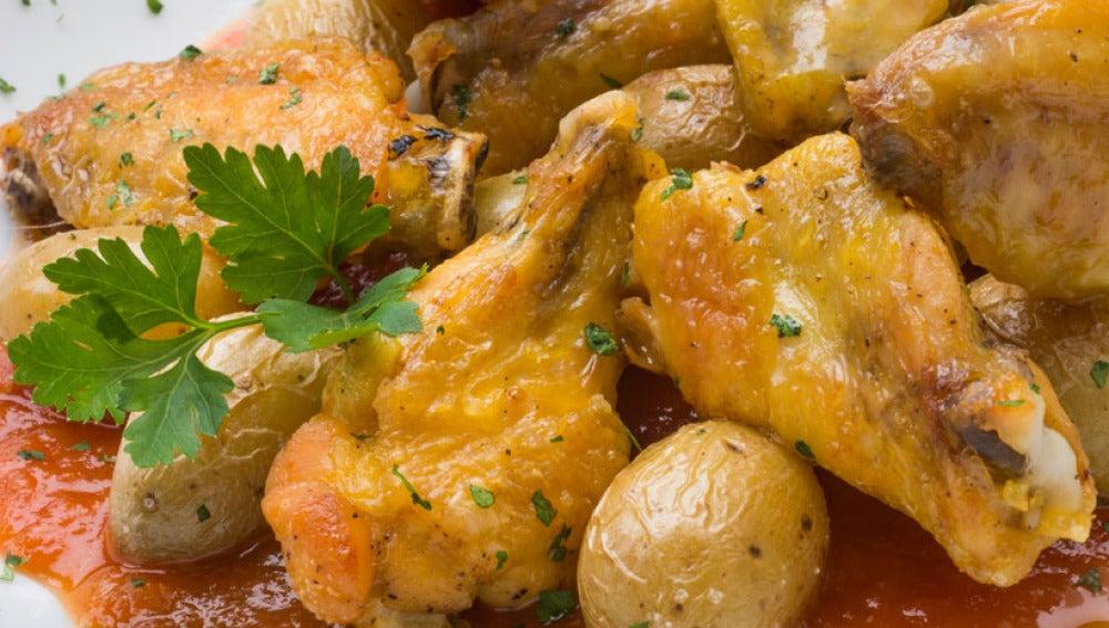 Alas de pollo con patatas bravas