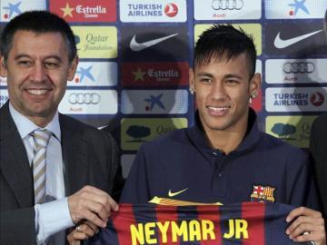 Neymar y Josep María Bartomeu