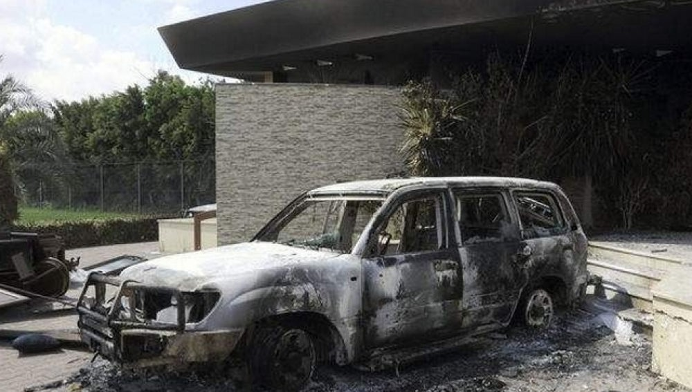 Restos carbonizados en el edificio del consulado estadounidense en Bengasi (Libia)