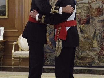 Don Juan Carlos impone el fajín a Felipe VI