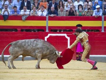 El diestro José Tomás entra a matar a su primer toro